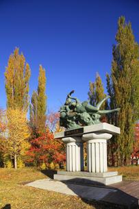 河口湖の湖畔にある紅葉の大池公園 ブロンズ像 湖上の女神の写真素材 [FYI04309446]