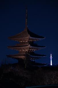八坂の塔と京都タワーの写真素材 [FYI04309629]