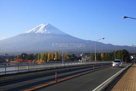 日本の道100選の河口湖大橋と世界文化遺産の富士山の写真素材 [FYI04309672]