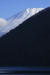 秋の本栖湖から眺める世界文化遺産の富士山の写真素材 [FYI04309736]