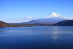 紅葉の本栖湖から眺める世界文化遺産の富士山の写真素材 [FYI04309737]