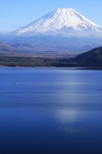 秋の本栖湖から眺める世界文化遺産の富士山の写真素材 [FYI04309738]