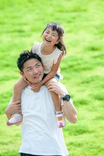 父親に肩車されて嬉しそうな女の子の写真素材 [FYI04309788]