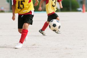 少年サッカーの足元の写真素材 [FYI04309825]