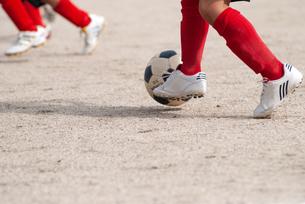 少年サッカーの足元の写真素材 [FYI04309826]