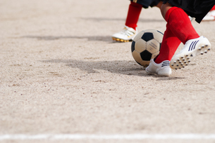 少年サッカーの足元の写真素材 [FYI04309827]