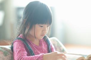 本を読む少女の写真素材 [FYI04309828]