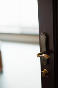 開いたドアとドアノブの写真素材 [FYI04309846]