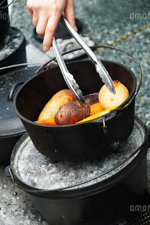 ダッチオーブンで調理された野菜の写真素材 [FYI04309905]