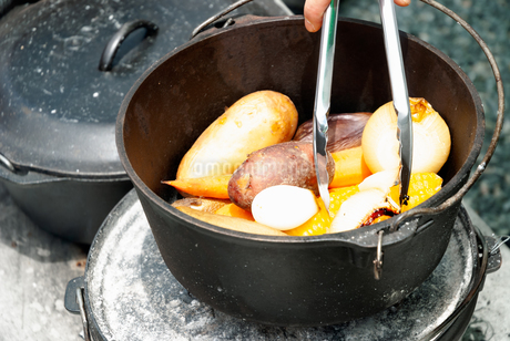 ダッチオーブンで調理された野菜の写真素材 [FYI04309906]
