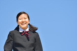 青空で笑う女の子の写真素材 [FYI04310255]