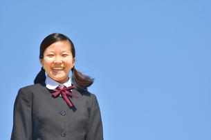 青空で笑う女の子の写真素材 [FYI04310257]