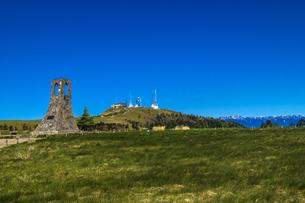 信州 長野県小県郡長和町美ケ高原の電波塔と美しの塔の写真素材 [FYI04310372]