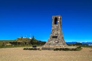 信州 長野県小県郡長和町美ケ高原の美しの塔と電波塔の写真素材 [FYI04310373]