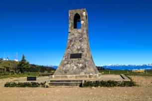信州 長野県小県郡長和町美ケ高原の美しの塔と電波塔の写真素材 [FYI04310374]