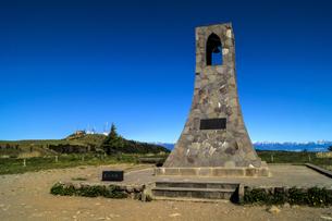 信州 長野県小県郡長和町美ケ高原の美しの塔と電波塔の写真素材 [FYI04310376]