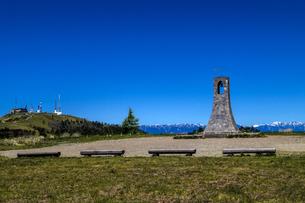 信州 長野県小県郡長和町美ケ高原の美しの塔と電波塔の写真素材 [FYI04310387]