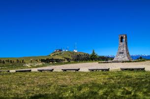 信州 長野県小県郡長和町美ケ高原の美しの塔と電波塔の写真素材 [FYI04310388]