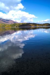 信州 長野県大町市 仁科三湖のひとつ 秋の青木湖と雲の写真素材 [FYI04310465]