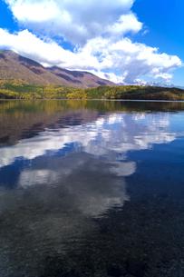 信州 長野県大町市 仁科三湖のひとつ 秋の青木湖と雲の写真素材 [FYI04310466]