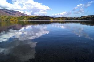 信州 長野県大町市 仁科三湖のひとつ 秋の木崎湖と雲の写真素材 [FYI04310467]