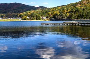 信州 長野県大町市 仁科三湖のひとつ 秋の木崎湖と雲の写真素材 [FYI04310472]
