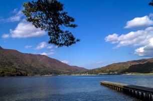 信州 長野県大町市 仁科三湖のひとつ 秋の木崎湖の写真素材 [FYI04310473]
