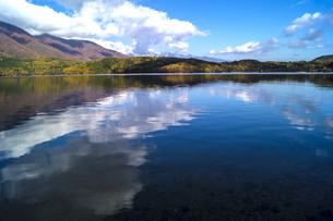 信州 長野県大町市 仁科三湖のひとつ 秋の青木湖と雲の写真素材 [FYI04310639]