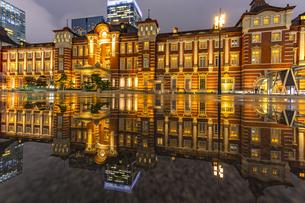 東京駅の夜景の写真素材 [FYI04310728]