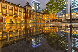 東京駅の夜景の写真素材 [FYI04310729]