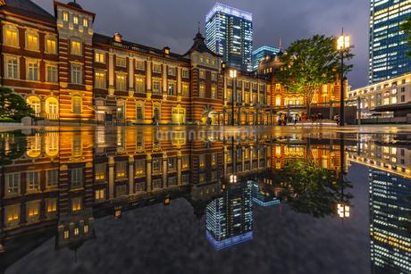 東京駅の夜景の写真素材 [FYI04310730]