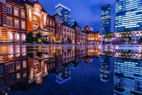 東京駅の夜景の写真素材 [FYI04310732]
