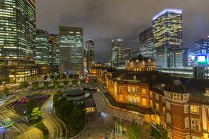 東京駅の夜景の写真素材 [FYI04310733]