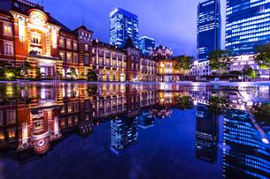 東京駅の夜景の写真素材 [FYI04310736]