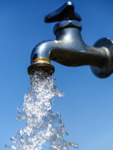 水道水と青空の写真素材 [FYI04311080]