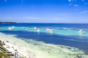 オーストラリア・西オーストラリア州のフリーマントルの沖合約18kmのインド洋に浮かぶロットネスト島の人で賑わうビーチと青い海に浮かぶボートと白い雲のある光景の写真素材 [FYI04311276]
