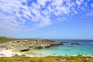 オーストラリア・西オーストラリア州のフリーマントルの沖合約18kmのインド洋に浮かぶロットネスト島の人で賑わうビーチと岩と白い雲のある光景の写真素材 [FYI04311286]