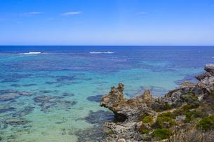 オーストラリア・西オーストラリア州のフリーマントルの沖合約18kmのインド洋に浮かぶロットネスト島から見た青い海と白い雲のある光景の写真素材 [FYI04311288]
