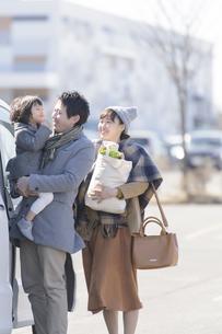 車に乗り込む家族の写真素材 [FYI04311424]