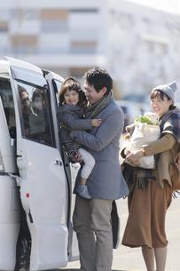 車に乗り込む家族の写真素材 [FYI04311425]