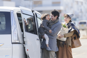 車に乗り込む家族の写真素材 [FYI04311426]