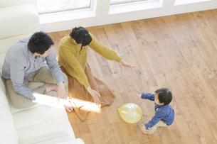 両親と風船で遊ぶ男の子の写真素材 [FYI04311468]