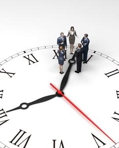 時計の上で話し合う人々のイラスト素材 [FYI04311471]