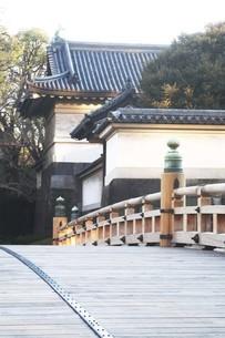 皇居・太鼓型の木橋が架かる平川門の写真素材 [FYI04311602]