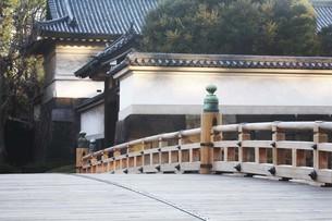 皇居・太鼓型の木橋が架かる平川門の写真素材 [FYI04311604]