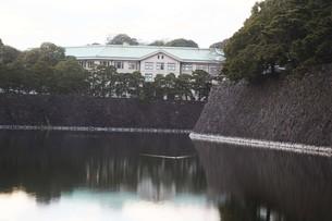 皇居・蛤濠から見た宮内庁庁舎の写真素材 [FYI04311605]