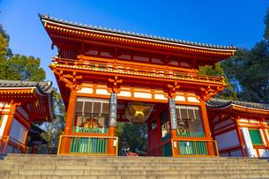 夕日を浴びる八坂神社の西楼門の写真素材 [FYI04311633]