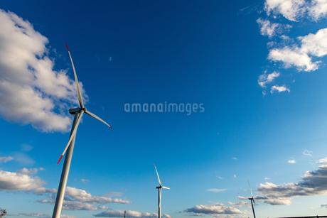 北海道石狩湾 風力発電の風車の写真素材 [FYI04311646]
