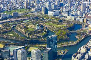 上空から見た大阪城と大阪の街の写真素材 [FYI04311648]