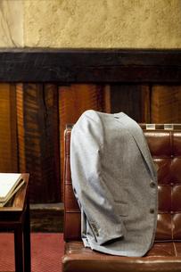 ソファーにかけられたカシミアのジャケットの写真素材 [FYI04311737]